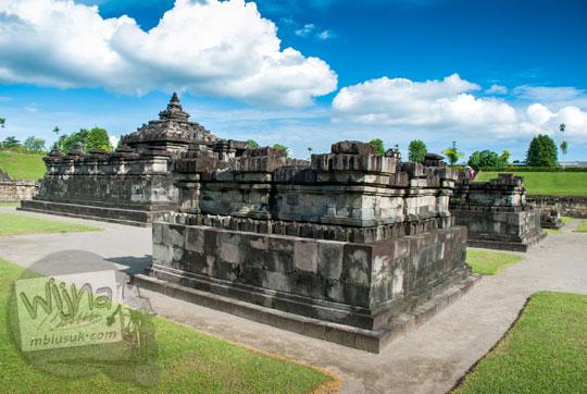foto candi perwara utara di kawasan Candi Sambisari Yogyakarta dengan latar langit biru cerah berawan