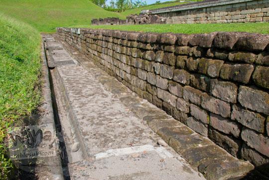 susunan dinding tembok pondasi dasar Candi Sambisari di Yogyakarta terbuat dari batu andesit