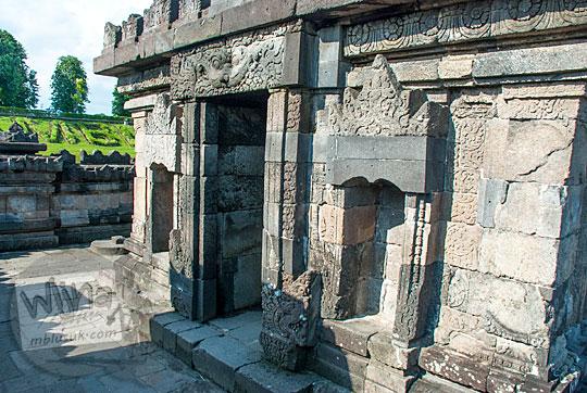 jenis ukir-ukiran dan bentuk relief yang menghiasi dinding tubuh bangunan induk Candi Sambisari di Yogyakarta