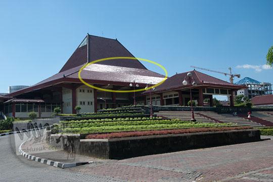foto bangunan gedung grha sabha pramana ugm pada siang hari tanpa filter cpl(w) athabasca