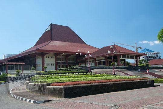 foto bangunan gedung grha sabha pramana ugm pada siang hari memakai filter cpl(w) athabasca