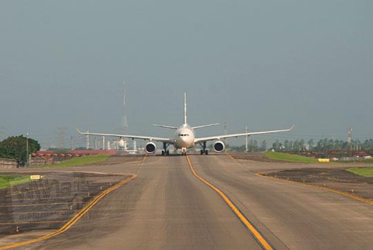 pesawat taxi runway bandara soekarno hatta