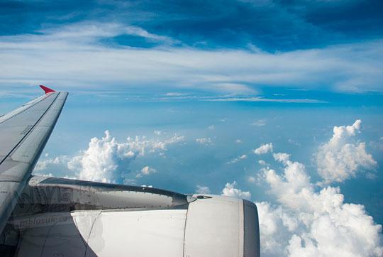 sayap pesawat air asia mengarungi awan