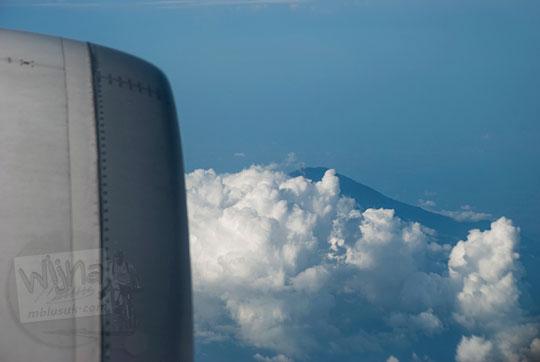 gunung tertutup awan jendela pesawat air asia