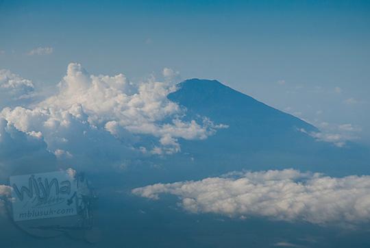 gunung slamet dari jendela pesawat air asia