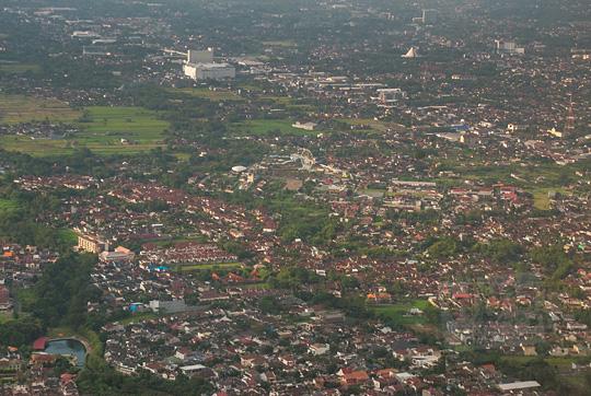 pemandangan jalan magelang, jogja city mall, sindu kusuma edupark dari atas pesawat