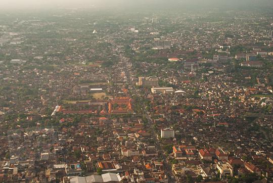 pemandangan jalan monjali dan am sangaji mangkubumi dari atas pesawat