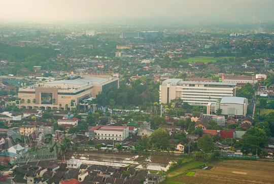 pemandangan hotel royal ambarukmo dan plaza ambarukmo atas jendela pesawat