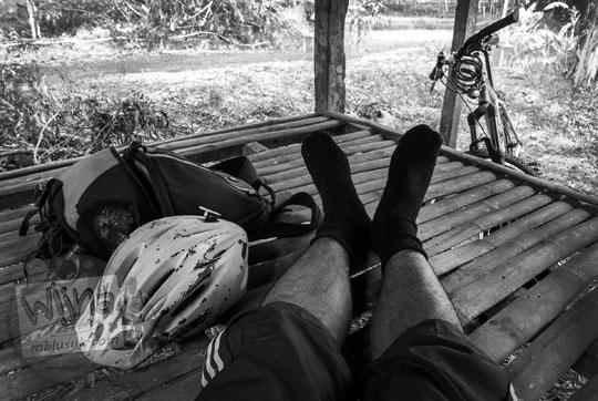 cerita seks ngentot cewek cowok saat berteduh hujan di gubuk di desa dekat sawah