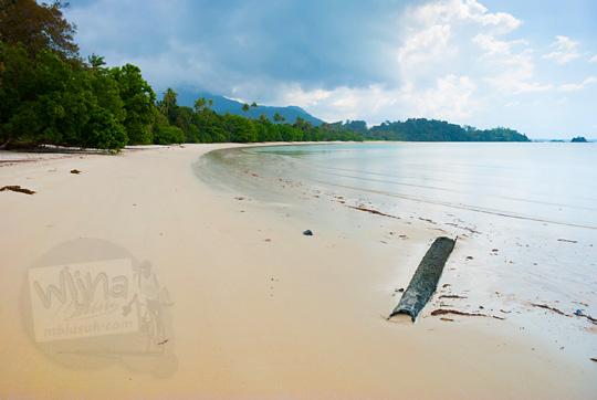 pemandangan indah obyek wisata pantai pasir panjang di pulau lingga kepulauan riau