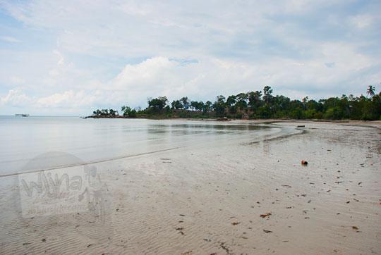 pemandangan awan mendung laut di pantai pasir panjang di pulau lingga kepulauan riau