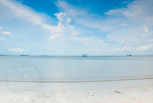 pemandangan laut langit cerah di pantai pasir panjang di pulau lingga kepulauan riau
