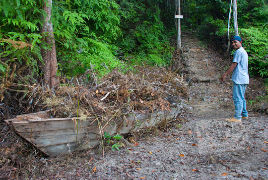 bangkai perahu kayu tua zaman dulu teronggok di pinggir jalan setapak di dalam hutan menuju Pantai Moyang di Pulau Lingga Kepulauan Riau