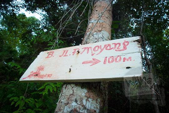rute papan petunjuk arah menuju kawasan objek wisata perawan Pantai Moyang di Pulau Lingga Kepulauan Riau