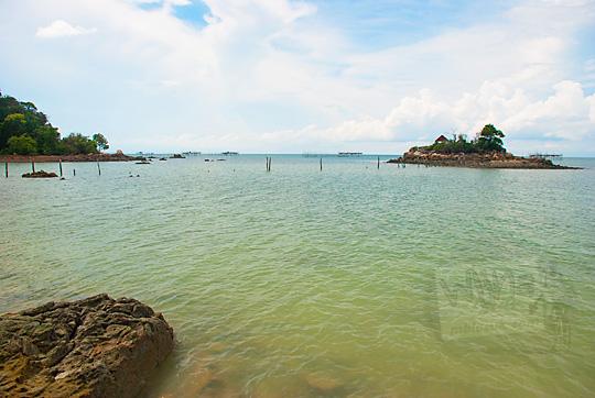pemandangan gugusan pulau-pulau indah berlatar laut jernih dan langit biru dilihat dari Pantai Moyang di Pulau Lingga Kepulauan Riau