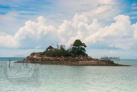 sejarah kisah asal-usul cerita Pulau moyang yang menjadi ikon khas Pantai Moyang di Pulau Lingga Kepulauan Riau