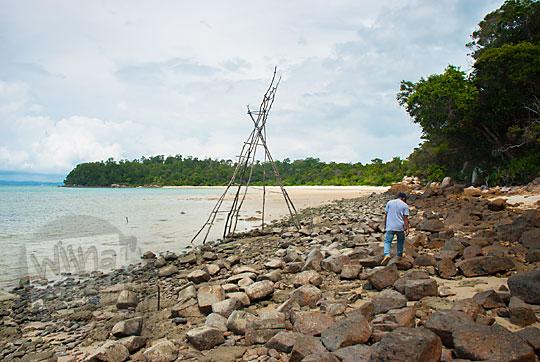 hamparan batu-batu beku vulkanik di kawasan Pantai Moyang di Pulau Lingga Kepulauan Riau