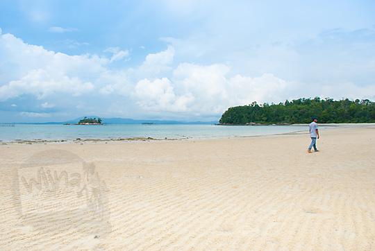 spot instagram pantai pasir putih bersih cantik indah bernama Pantai Moyang di Pulau Lingga Kepulauan Riau