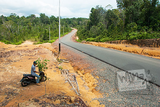 petunjuk arah jalan raya menuju obyek wisata pantai pasir panjang di pulau lingga kepulauan riau