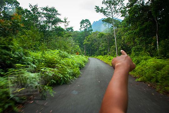 medan jalan mendaki lereng gunung daik ke air terjun resun lingga kepulauan riau