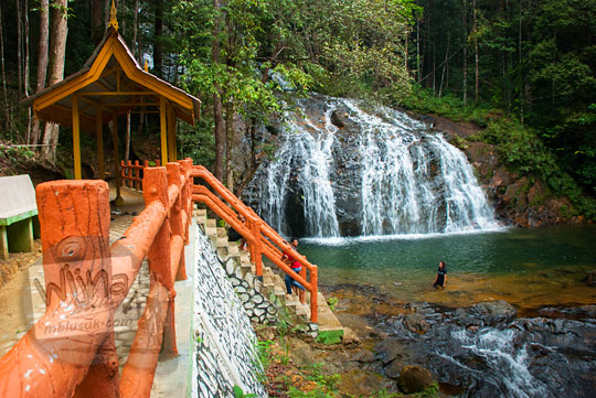 pemandangan indah dari kawasan objek wisata air terjun resun lingga kepulauan riau