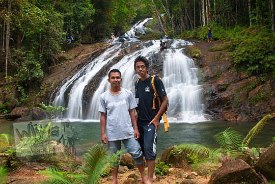 foto wisatawan bersama pemuda warga lokal di air terjun resun lingga kepulauan riau