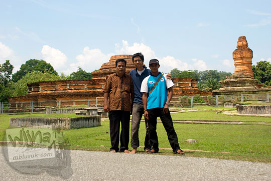silaturahmi wisatawan mahasiswa berfoto bersama bapak petugas dan juru kunci Candi Muara Takus, Kampar, Riau pada April 2016