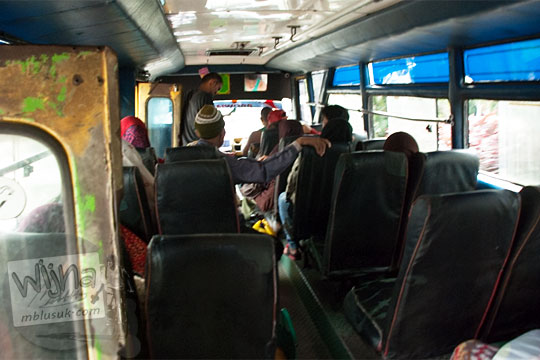 suasana kondisi penumpang dan kursi di dalam bus kota Pekanbaru arah ke Pasar Panam pada April 2016