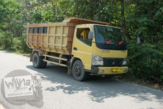 backpacking numpang mobil truk batu berhenti di jalan antara Desa Muara Takus dan Desa Koto Tuo, Kampar, Riau untuk mendinginkan ban sopir istirahat pada April 2016