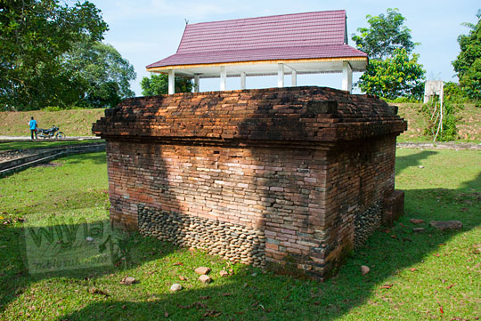 tampak samping bangunan candi kecil yang unik di dekat tanggul buatan Kompleks Candi Muara Takus Riau