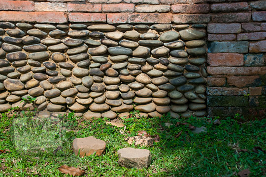 susunan batu kali yang direkatkan dengan semen pada bangunan candi kecil di dekat tanggul buatan Kompleks Candi Muara Takus Riau