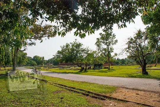 pemandangan damai yang sepi pada pagi hari di luar Kompleks Candi Muara Takus Riau
