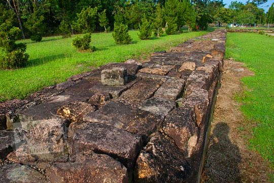 wujud bentuk analisis penelitian pagar batu tufa yang mengelilingi kompleks percandian muara takus kampar riau