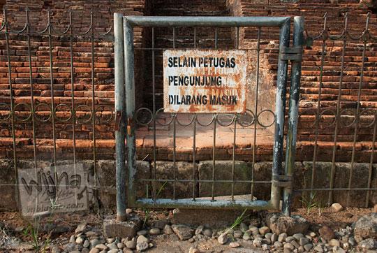papan larangan masuk selain petugas yang terdapat di muka pagar masuk di candi-candi muara takus riau