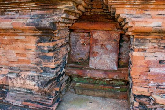 penampakan rongga batu bata di dinding bagian kaki Candi Mahligai di Kompleks percandian muara takus riau yang menunjukkan bahwa ada dua tahap pembangunan di masa silam