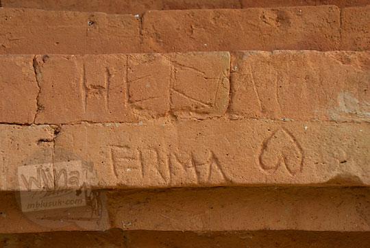 berita terbaru aksi vandalisme di kompleks percandian muara takus riau tentang batu bata tua yang dicoret diukir nama pasangan cinta oleh wisatawan anak muda yang tidak bertanggung jawab terkena kutukan nasib sial