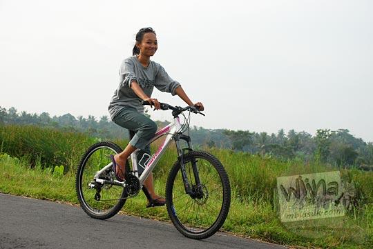 cewek naik sepeda mtb pedesaan jogja 2010