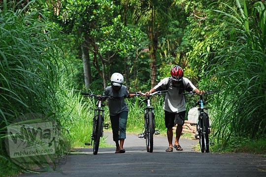pasangan cowok cewek pacaran menuntun sepeda tanjakan samigaluh kulon progo