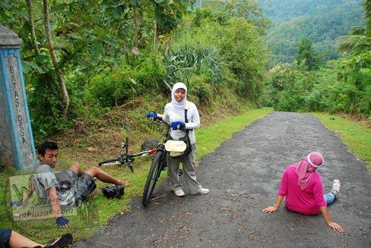 cewek kecapekan sepeda tanjakan kulon progo duduk jalan aspal