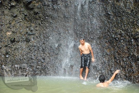 wisatawan berenang kedung curug samigaluh kulon progo