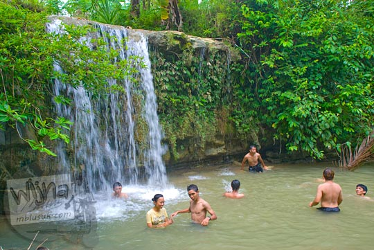 pengunjung berenang telanjang curug tanpa nama karangsambung kebumen
