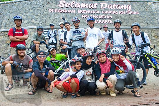 foto kenangan bersepeda ramai cowok cewek bareng kelompok sabtu pagi sepeda santai dari kota jogja ke gunung api purba nglanggeran gunungkidul pada zaman dahulu