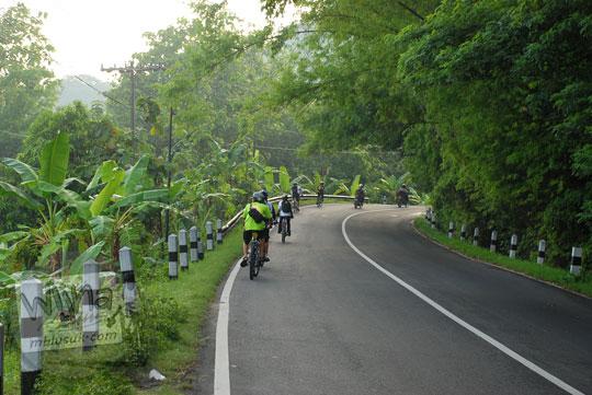 foto bersepeda menanjak tanjakan patuk gunungkidul arah ke gunung api purba nglanggeran di zaman dulu