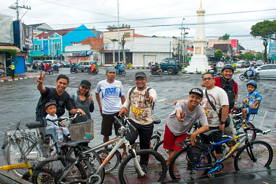 foto sekumpulan cowok cewek bersepeda bawa anak kecil dan balita berkumpul berpose di kawasan pelataran diorama tugu pal putih yogyakarta
