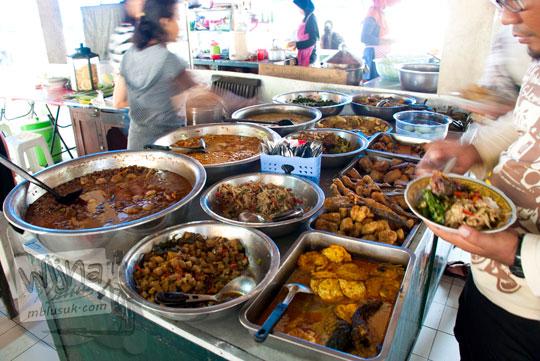 warung makan prasmanan jogja enak murah sajian masakan tradisional sarapan brongkos oseng opor pepes di pasar ngasem hanya buka pagi hari