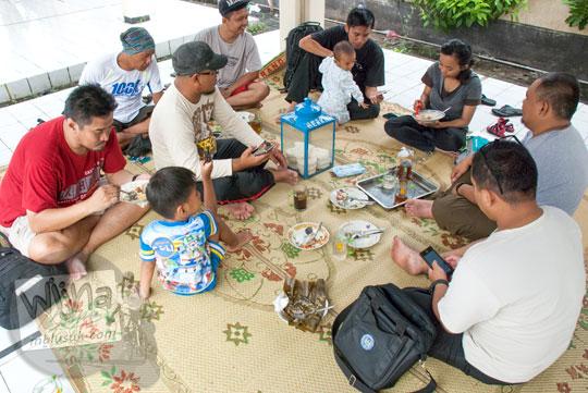 suasana warung makan lesehan akrab sarapan nasi rames murah pasar ngasem dekat taman sari