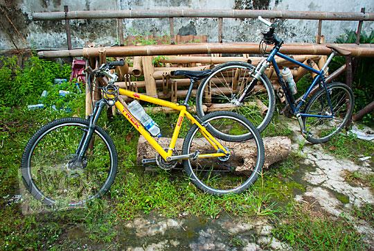 dua sepeda gunung mtb kuning biru dijual murah area cod sekitar jogja