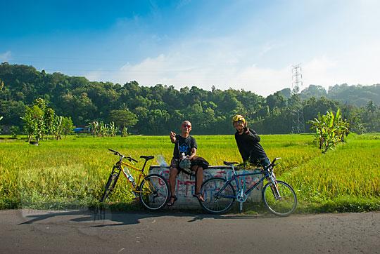 pesepeda foto bareng dengan latar sawah dekat candi banyunibo