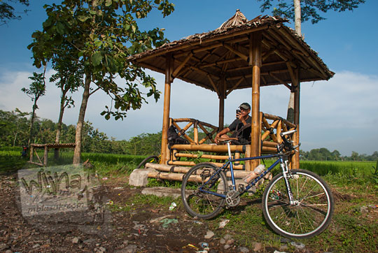 saung bambu sederhana di luar candi banyunibo
