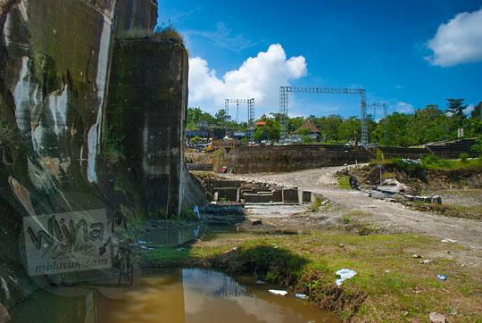 kolam hasil penambangan batu kapur di tebing breksi